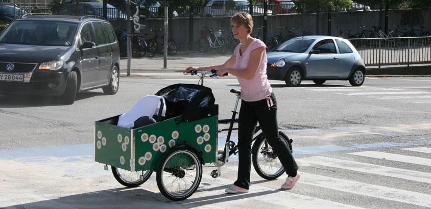 En BellaBike ladcykel med blomstret transportkasse