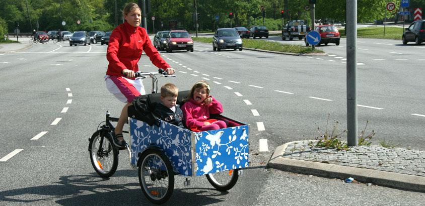 2 børn i deres unikke cykel