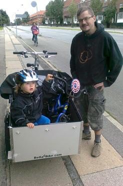 En far og søn er meget glade for at kunne cykle sammen