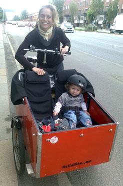 Lisbeth elsker at køre rundt med sit barn