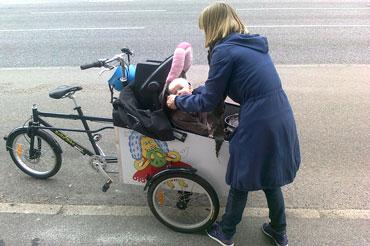 Moren her er meget glad for sin bellabike cykel, fordi hun kan transportere alt i den.