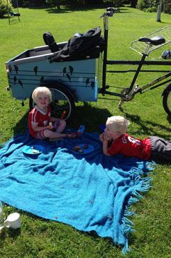 Der holdes picnic efter at have kørt i ladcyklen