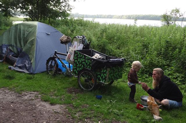 Hej Bellabike Vi har haft fornøjelsen af at være på en cykelferie hvor vi ikke behøvede spare på bagagen - der var plads til telt, soveposer og alt tænkeligt grej til hele vores lille familie. Her har vi slået lejr ved Roskilde Fjord, hvor der var en fantastisk udsigt til fugle og græssende køer. Cyklen holdt til alle strabadserne men måtte dog tømmes og slæbes op ad en meget stejl skråning. Dagen efter fandt vi ud af, at der løb en pæn og lige vej parallelt med vores mere vanskelige rute... Mvh Ina, Christian og Bjørn.