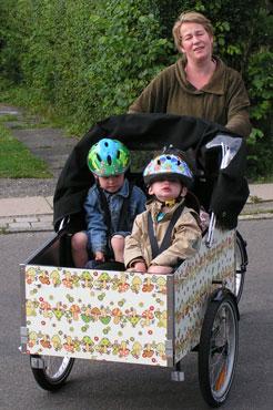 Elisabeth og børnene nyder at være på tur i ladcyklen