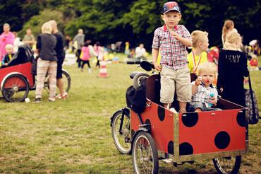 Bellabiken sammen med Maj-Britts børn sammen med andre