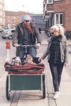 Thomas og konen er ude med børnene i ladcyklen.