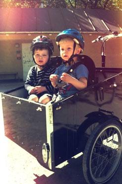 De to små drenge er spændt på at komme ud af cykle sammen