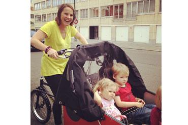 Jenn og børnene er altid glade sammen på cyklen