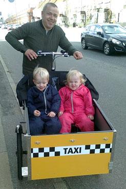 Nu kan børnene nyde at Leas mand er blevet taxi chauffør
