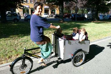 Mara fra Italien kører med sin Bellabike i det dejlige solskinsvejr