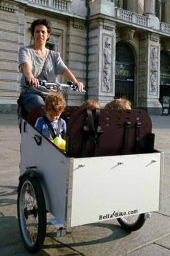 Mara fra Italien nyder sin ladcykel, hvor alle børnene kan være i.