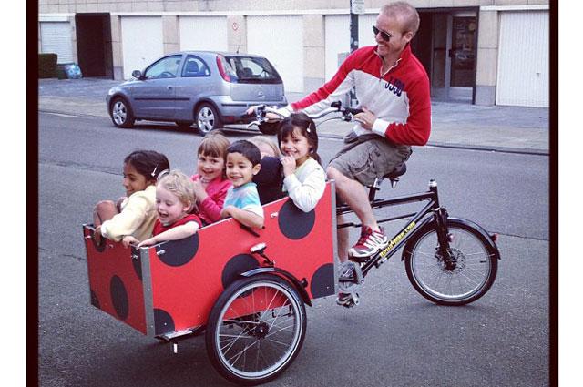 Niels skal også have en masse børn i cyklen, så de kan komme ud og se noget