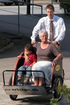 Ulrik kan køre med både sin svigermor og søn rundt i Tebstrup
